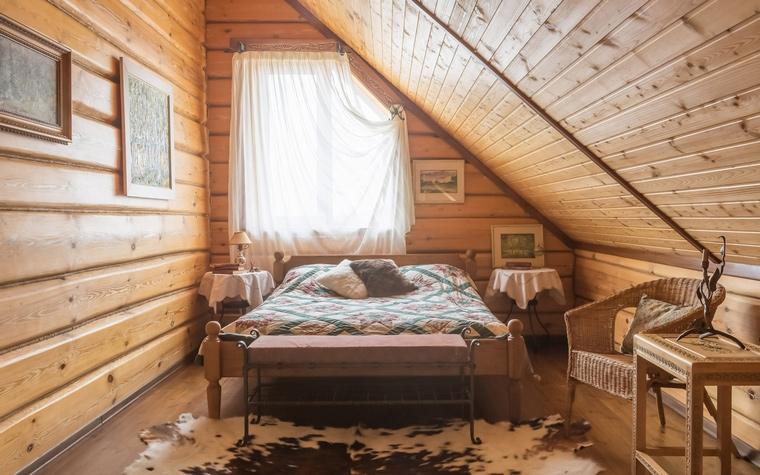<p>Автор проекта: Анастасия Муравьева</p> <p>Эта спальня узкая и маленькая, но какая романтическая! А всё от того, что находится она в мансарде деревянного загородного дома. Сон в такой спальне будет очень сладким. </p>