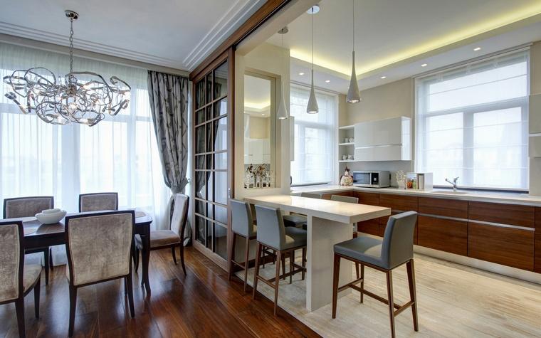 <p>Автор проекта:   Технология дизайна </p> <p>Зонирование кухни и гостиной может и должно быть функциональным. Здесь, например, границей выступает столик для завтраков и шаф для посуды.</p>
