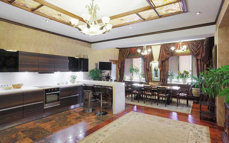 <p>Автор проекта: Ирина Шаманова </p> <p>Дизайн кухни-гостиной в данном варианте - это соовмещение классики традиционной и современной. Современная классика представлена зоной кухни.</p>