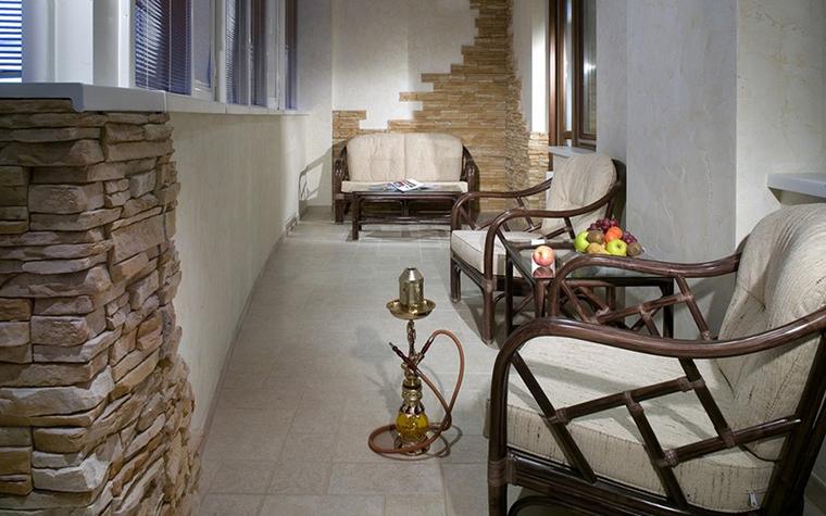 <p>Автор проекта: Interior Style</p> <p>Просторная лоджия превращена в уютную зону отдыха с мягкой &quot;тонетовской&quot; мебелью. А отделки в виде фрагментов каменных стен плюс восточные кальяны создают романтичную атмосферу.&nbsp; </p>