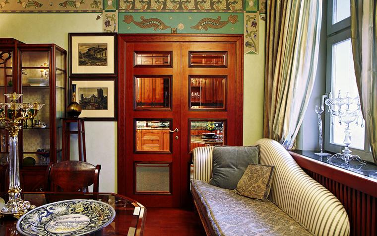<p>Автор проекта: &laquo;Галерея Фрейман&raquo;&nbsp;</p> <p>Стены классической гостиной украсили орнаментальным фризом и расписными вставками в духе крито-микенских фресок.</p>
