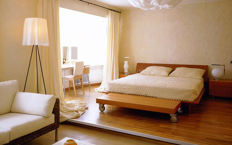 <p>Авторы проекта: студия B&amp;L.</p> <p>Перепад пола в квартире отличный приём для обозначения границы между двумя функциональными зонами, например, гостиной и спальной.</p>