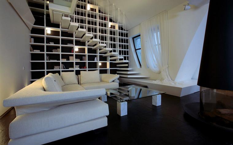 <p>Авторы проекта: Казаковцева Александра, Махонина Мария&nbsp;</p> <p>Интересную черно-белую композицию создали авторы проекта в двухуровневой квартире. Здесь все остро и динамично -&nbsp; громадный белый диван,&nbsp; диагональный срез стены и белая лестница, подвешанная на тросах и как бы парящая в воздухе,</p>