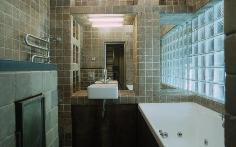 <p>Автор: Петр Костелов. &nbsp;Фотограф: Зинон Разутдинов</p> <p>Традиционно стеклоблоки используют в оформлении ванных комнат и туалетов.&nbsp; В этом санузле стенку вдоль которой разместили ванну,&nbsp; выложили из полупрозрачных рифленых стеклоблоков. Она наполняет помещение приятным рассеянным светом, и позволяет в дневное время не пользоваться электрическим освещением.</p>