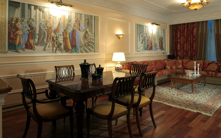 <p>Автор проекта: Студия B&amp;L. Фотограф: Разутдинов Зинон&nbsp;</p> <p>Стены классической гостиной украсили серией красочных сюжетных фресок на тему итальянского кватроченто.</p>