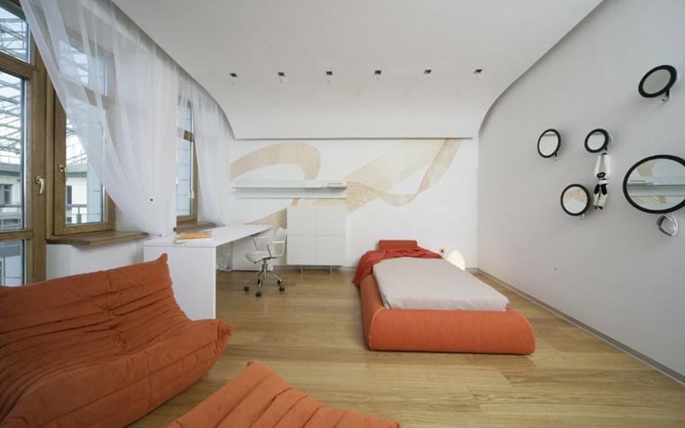 <p>Автор проекта: Александра Казаковцева, Мария Махонина,  МК-интерио.</p> <p>Белый интерьер детской комнаты раскрашен с помощью цветной дизайнерской мебели. На полу из светлого дерева отлично смотрятся низкая оранжевая кровать-матрас, а также модное кресло с пуфом от Ligne Roset.</p> <p>&nbsp;</p>