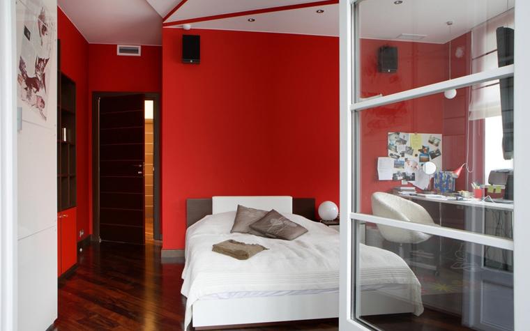 <p>Автор проекта: дизайн-бюро &laquo;Линия 8&raquo;. Фотограф: Алексей Довгань.&nbsp;</p> <p>В этой современной спальне красные стены продолжаются в других интерьерах, в ванной комнате, например. Она, как и положено, примыкает к спальне. </p>