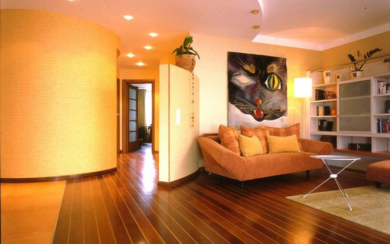 <p>Автор проекта: Виктория Торская</p> <p>В гостиной так много оранжевого, включая диваны! Да еще стены круглятся, тоже оранжевые. Просто какой-то марсинский интерьер получился!</p>