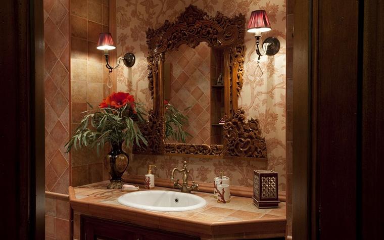 <p>Автор проекта: Маркос Юлия</p> <p>Гостевой санузел оформлен в стиле французской классики. Теплая терракотовая гамма, узоры на стенах, роскошное зеркало в резной раме, живые цветы и приглушенный свет. Все здесь напоминает уютный дамский будуар. </p>