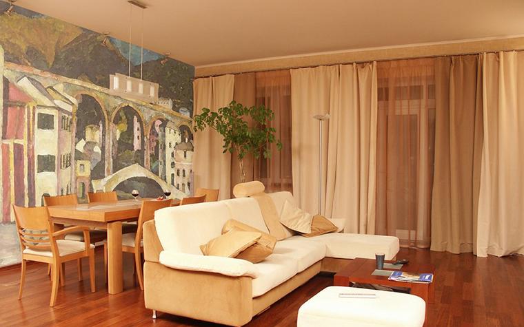 <p>Автор проекта: Юлия Маркос&nbsp;</p> <p>Просторная гостиная декорирована мебелью в стиле 1950-х годов и украшена большой настенной росписью в духе французских постимпрессионистов.</p>
