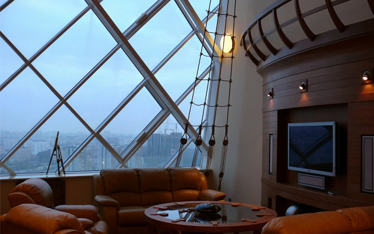 <p>Автор проекта: Архитектурно-дизайнерская студия Архивольто (Archivolto)</p> <p>Конструкции огромных окон этой квартиры, парящей над городом, делают общую композицию по конструктивистски футуристической, фантастической. </p>