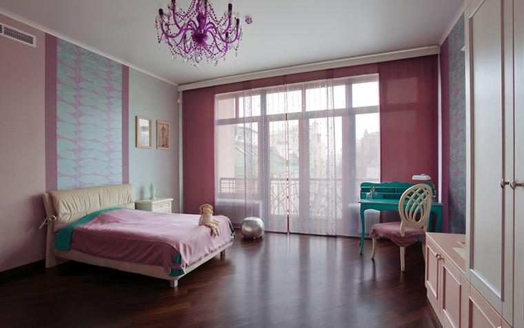 <p>Автор: Наталья Дышлова</p> <p>Одна из спален этой московской квартиры получила интересное оформление окон. Небольшой балкон с&nbsp; низкой ажурной решеткой (по типу французских) отделен высокими стеклянными дверями, которые делают&nbsp; стену прозрачной и наполняют помещение светом и воздухом.</p>