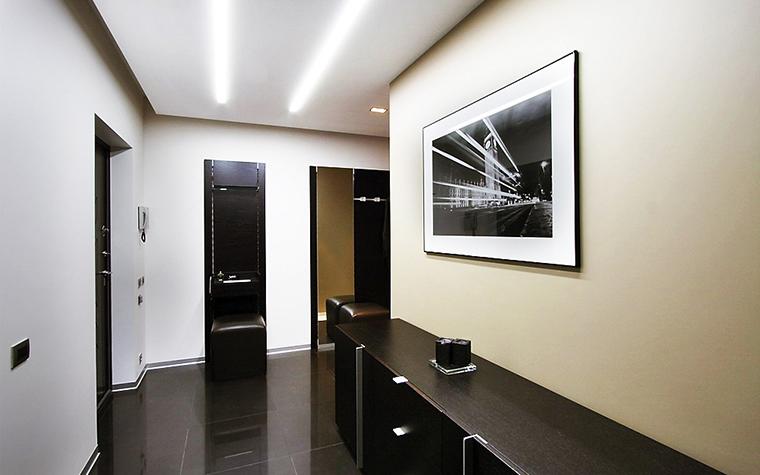 <p>Автор проекта: Студия дизайна Geometrix&nbsp;</p> <p>Лучший способ&nbsp; справиться с монотонностью протященного монохромного коридора - это декорировать стены с помощью черно-белой фотографии. Она подчеркнет графичность пространтва.</p>