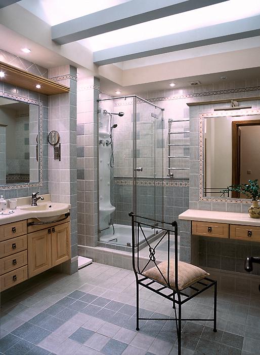 <p>Автор проекта: К-СТУДИЯ</p> <p>В данном случае, сценарий санузла получился сложный. Здесь, кроме душевой кабины и разнообразной сантехники, много мебели, предназначенной для ванных комнат.</p>