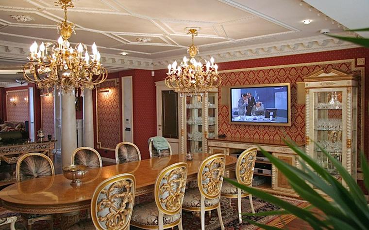 <p>Автор проекта: архитектурное бюро &laquo;Пятый радиус&raquo;.&nbsp;</p> <p>Классически-дворцовый интерьер с обилием золота, лепнины и аутентичной мебели - тоже &quot;лучший интерьер&quot;. Он подойдет большим любителям всего классического, парадного и дорогого. </p>