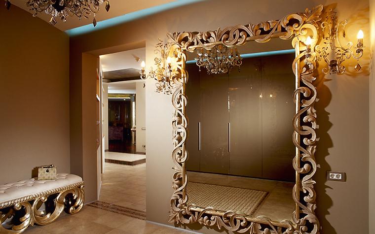 <p>Автор проекта: архитектурное бюро &laquo;Пятый радиус&raquo;. Фото:  Михаил Степанов.</p> <p>Большое настенное зеркало  идеально подходит для оформления любых помещений &mdash; как прихожих, гардеробных, так и гостиных.  Деревянная рама с богатым растительным орнаментом создаёт атмосферу торжественности.</p>