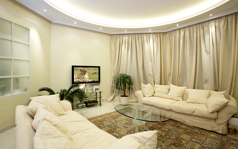 <p>Автор проекта: Разин Игорь<br /> Фотограф: Семин Геннадий</p> <p>Пара уютных белых диванов с пуфами расположены в центре гостиной друг против друга, что создает композиционную симметрию и дает возможность приятного сидения-визави для хозяев и их гостей.&nbsp;</p>
