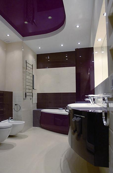 <p>Автор проекта: Виктория Скоробогатько</p> <p>Черно-белый монохром и угловая ванна визуально умножают количество квадратных метров.</p>