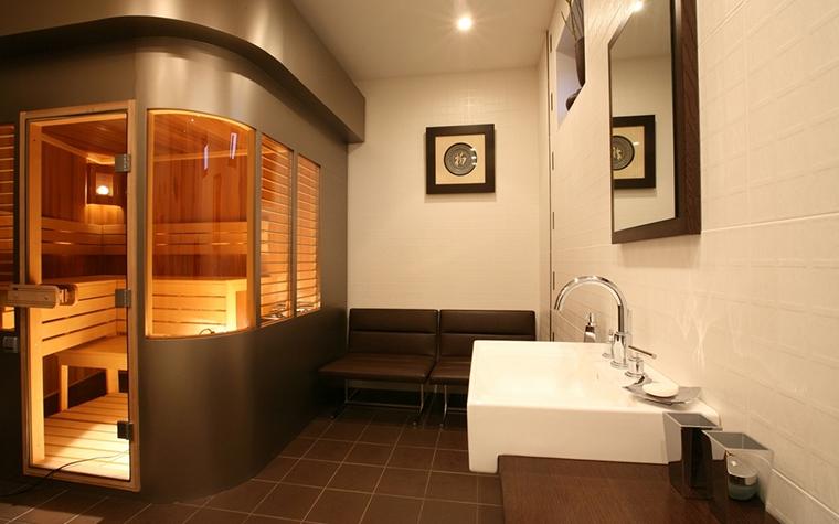<p>Автор проекта: Сергей Груздев<br /> Фотограф: Зинон Разутдинов</p> <p>Просторная ванная комната имеет небольшую парную. Для парной организована оригинальной формы кабина со стеклянными панорамными окнами, для удобства снабженными жалюзи.</p>