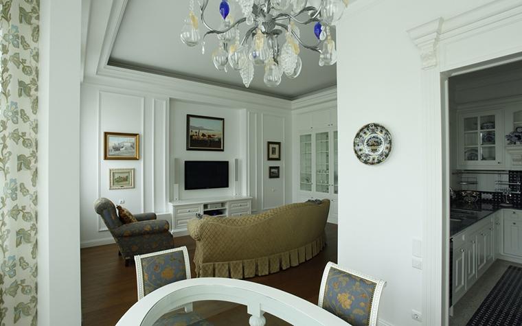 <p>Автор проекта: А-Дизайн.Фотограф: Евгений Кулибаба</p> <p>Интерьер в стиле современной классики декорирован изобразительным искусством и декоративными тарелками. Одна из них украшает портал входа на кухню.</p>