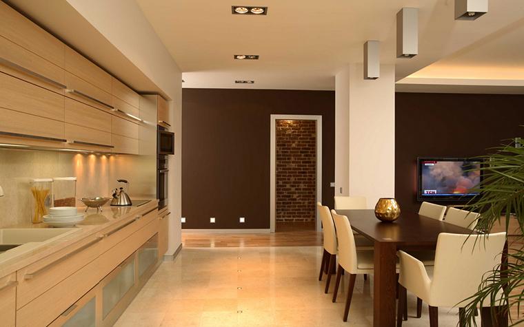 <p>Автор проекта: Наталия Шмелева</p> <p>Цветовое решение просторной открытой кухни построено на сопоставлении двух контрастных цветов - сливочно-бежевого и шоколадно-коричневого. Причем эти цвета имеют равные права, светлый беж кухонного гарнитура уравновешивается&nbsp; плоскостью темных стен, и в столовой зоне тот же бежево-коричневый дуэт.&nbsp; </p>