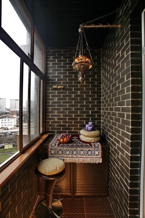 <p>Автор проекта: Ирина Ивашкова</p> <p>Фонари и аксессуары &quot;по-восточному&quot; особенно уместны в интерьере балкона, рассчитанного исключительно на летний период пользования.</p>
