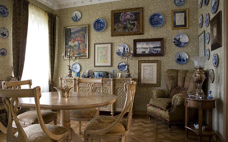 <p>Автор проекта: Наталья Жук.</p> <p>Картины и гравюры, украшающие стены одной из гостиных&nbsp; &ndash; не только коллекция произведений изобразительного искусства, но и коллекция старинных багетов.</p>
