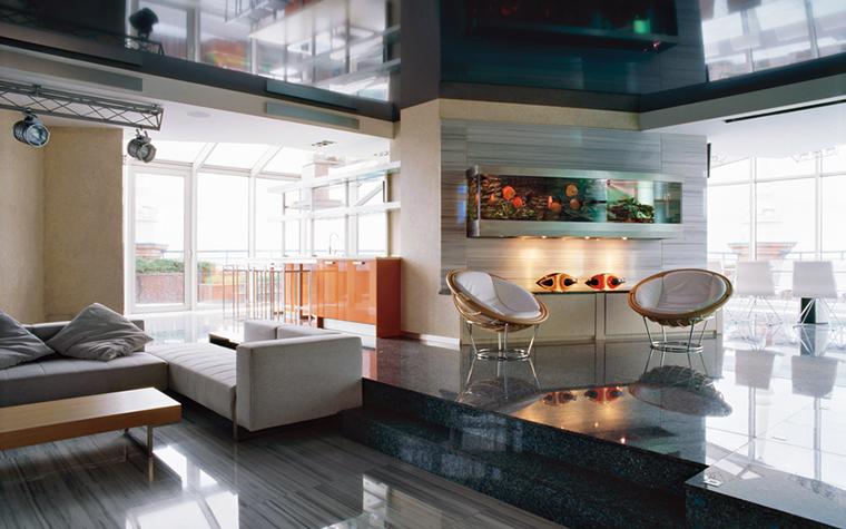 <p>Автор: Студия архитектуры и дизайна «ДОМ-А»</p> <p>В огромной двусветной гостиной аквариум неожиданно превращается в эффектный элемент декора. Что же, и эта функция у аквариума заложена.</p>