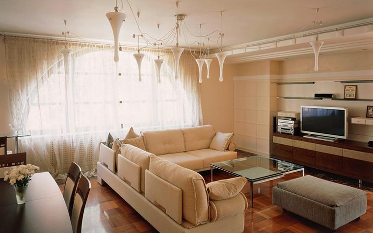 <p>Автор проекта:  студия архитектуры и дизайна &laquo;ДОМ-А&raquo;.</p> <p>Подвесной потолочный светильник из белого гравированного муранского стекла становится центральным декоративным элементом&nbsp; монохромного интерьера гостиной.</p>