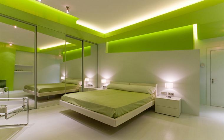 <p>Автор проекта:&nbsp; Владимир Малашонок.</p> <p>В минималистичной бело-зеленой спальне использовано три вида встроенной подсветки - закарнизная, точечная и локальная.&nbsp;</p>
