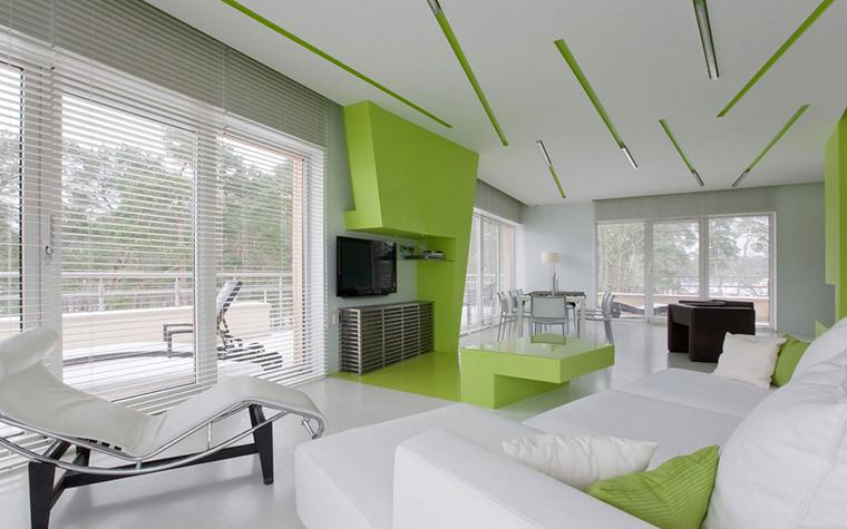 <p>Автор проекта: Малашонок Владимир.</p> <p>Конструкции потолка, стен и полок цвета молодой зелени дают этому стерильно-белому интерьеру ноту свежести, сочности. Что, согласитесь, всегда приятно!</p>