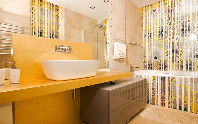 <p>Автор проекта: Мария Яшина.&nbsp;</p> <p>Третий пример использования желтого цвета в интерьере ванной комнаты, и тоже удачный. В данном случае желтого - пятьдесят процентов. Кадмиевый желтый с медовым оттенком делает ванную комнату очень приветливой, теплой.</p>