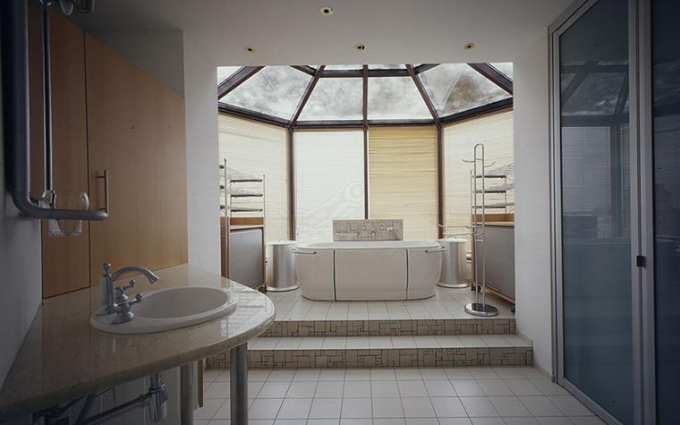 <p>Автор проекта: Артур Вануни.</p> <p>Если позволяет высота потолка, перепад пола внутри одного пространства позволяет расставить новые акценты внутри помещения. Так, размещение ванны в центре подиума и под световым фонарем&nbsp; превращают ванную зону&nbsp; в отдельный SPA - павильон.</p>