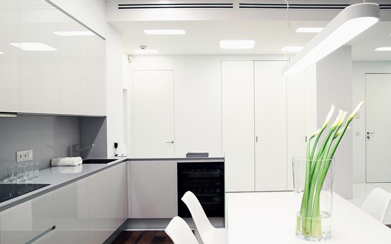 <p>Автор проекта: Архитектурная мастерская &quot;Double Room&quot;&nbsp;</p> <p>Белая со светло-серыми деталями кухня сияет лаковыми поверхностями. Она прекрасна в своей белизне, но при этом всегда остается возможность&nbsp; украсить&nbsp; яркой цветной деталью, особенно если это букет живых цветов.&nbsp; На белом столе всегда будет выигрышно смотреться яркая зелень в прозрачном стекле.</p>