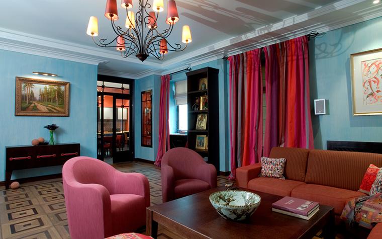 <p>Автор проекта: Компания &quot;ДекораторN&quot;.&nbsp;</p> <p>Композиция гостиной построена на многообразии акцентов розового. Фоновым цветом, поддерживающим розовый, здесь является сложный голубой цвет стен.</p>