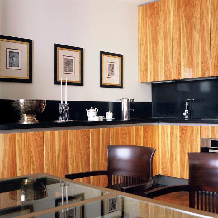 <p>Автор проекта: Галина Микулик.&nbsp;</p> <p>Кухонно-столовую зону можно также украсить серией фотографий, графики, постеров, лучше черно-белой.</p>