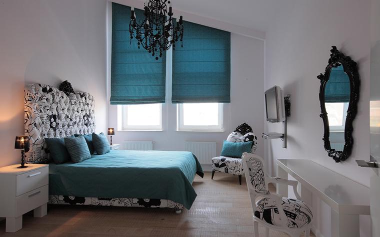 <p>Автор проекта:  дизайн бюро Berphin Interior. Фотограф: Зинон Разутдинов.&nbsp;</p> <p>Скошенный потолок этой спальни и одинаковые по цвету шторы, подушки и покрывала очень хороши!</p>