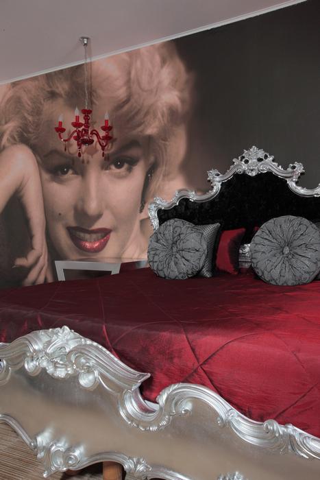 <p>Автор проекта: дизайн бюро Berphin Interior. Фотограф: Зинон Разутдинов.&nbsp;</p> <p>&nbsp;Девиз этой гламурной спальни - &quot;Мэрилин всегда с нами&quot;.</p>