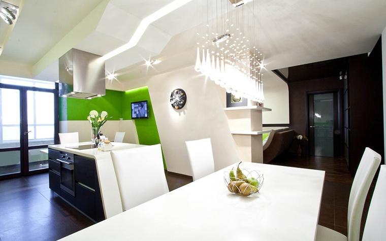 <p>Автор проекта:  компания &laquo;ГраДиз&raquo;.</p> <p>В дизайне освещения кухни открытой в гостиную хорошо использовать разные источники света и соединять потолочные светильники с&nbsp; точечныым встроенным светом.&nbsp; А сложные&nbsp; по форме потолочные конструкции&nbsp; можно подсвечивать с помощью&nbsp; светодиодного шнура, вмонтированного в навесной потолок.</p>