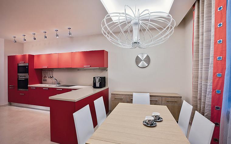 <p>Автор проекта: Валерия Сенькина.&nbsp;</p> <p>Еще одна кухонная зона, где основными цветами являются белый и красный. Обратите внимание, что пол в красно-белом&nbsp; интерьере желательно подобрать нейтрального цвета. Это грамотное сочетание. </p>