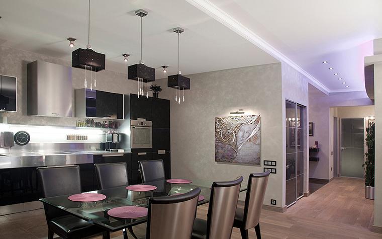 <p>Автор проекта: Мария Тишкина.&nbsp;</p> <p>Здесь кухня приподнята и поставлена на подиум - распространенный прием. </p>