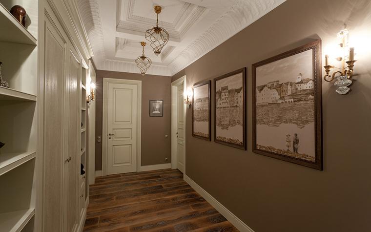 <p>Автор проекта: А-Дизайн<br /> Фотограф: Столяров Павел</p> <p>Дизайнерские кованые светильники на потолке очень уместны в интерьере небольшого коридора, украшенного искусством.</p>