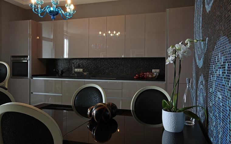 <p>Автор проекта: Atelier Interior<br /> Фотограф: Глеб Анфилов</p> <p>В отделке открытой кухни использовано модное цветовое и фактурное сочетание. Кухонные фасады выполнены из полированного пластика телесного цвета, для стен был найден сложный коричневато-лиловый тон, композицию дополняют люстры и настенная мозаика из синего стекла. Очень эффектно!</p>