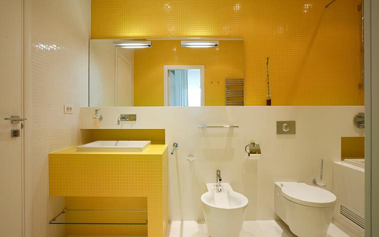 <p>Автор проекта: архитектор Владимир Малашонок. Фотограф Сергей Ананьев.</p> <p>Желтый цвет в ванной комнате составит хорошую пару с ослепительно белым. Желтая стена и желтая тумба под умывальником расставляет акценты и делает это помещение остромодным.</p>