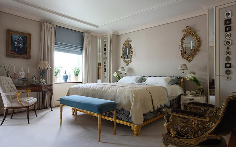 <p>Автор проекта: Кирилл Истомин.</p> <p>Парные зеркала в изящных золоченых рамах оформляют стену над изголовьем кровати и отлично дополняют набор мебели в стиле ампир. </p>