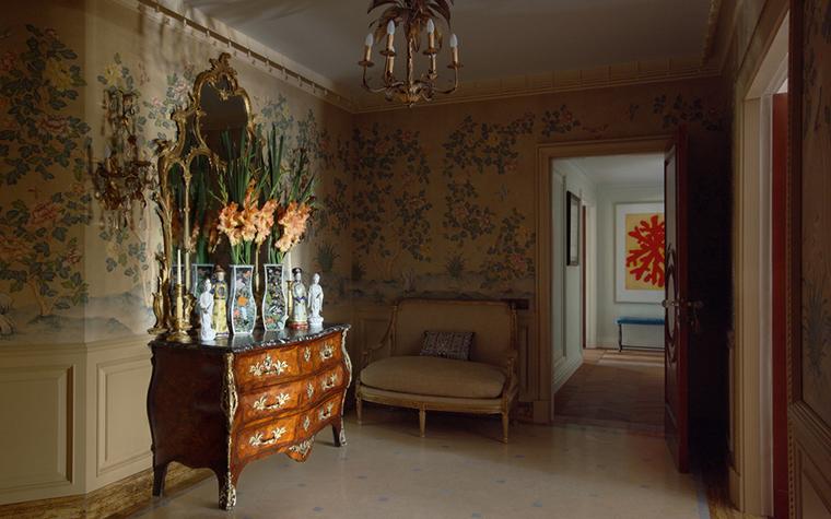 <p>Автор проекта: Кирилл Истомин.</p> <p>Комод в стиле французского рококо может стать украшением любого интерьера. от классической гостиной&nbsp; до брутального лофта.&nbsp; Это любимый прием модных декораторов.&nbsp; Изящные комоды уместны во всех помещениях - от кухни до ванной. Но главным образом, их используют в спальнях и холлах.&nbsp; Обычно&nbsp; по традиции над комодом на стене вешается зеркало,&nbsp; а&nbsp; на столешнице&nbsp; выкладываются натюрморты из красивых вещей.&nbsp; Сегодня комоды в-ля Буль можно найти в антикварных галереях,&nbsp; а современные стилизации - в мебельнох&nbsp; салонах.&nbsp; Многие дизайнерские марки играют с формами&nbsp; рококо, особенно французские.&nbsp;</p>