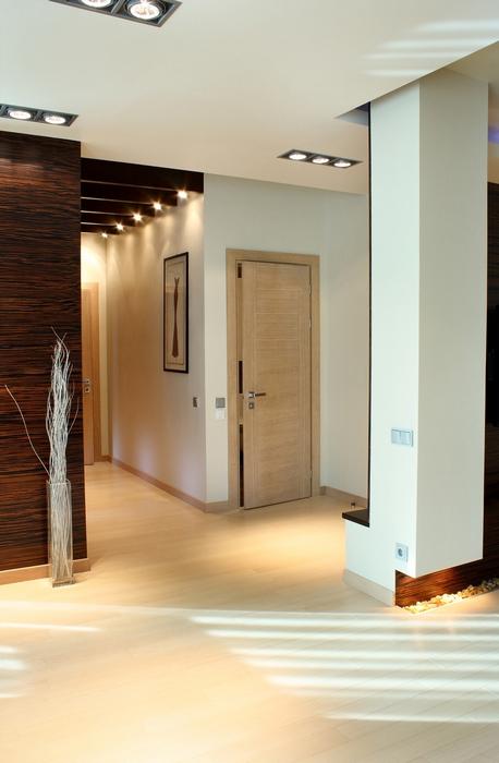 <p>Автор проекта: Ольга Новицкая</p> <p>Входная дверь, отделанная светлым деревом, поддерживает общий бело-бежево-коричневый колорит интерьера.</p>