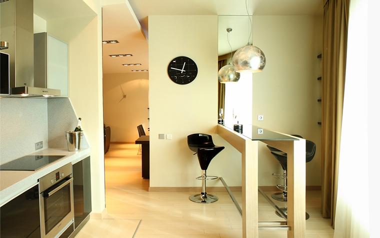 <p>Автор проекта: Ольга Новицкая.</p> <p>Лаконизм дизайну придает оригинальная барная стойка, остов которой выполнен из металлических трубок, деревянных опор и зеркальной столешницы. Зеркальное полотно, закрепленное на стене под углом 90 градусов по отношению к стойке, визуально увеличивает кухню. &nbsp;</p>