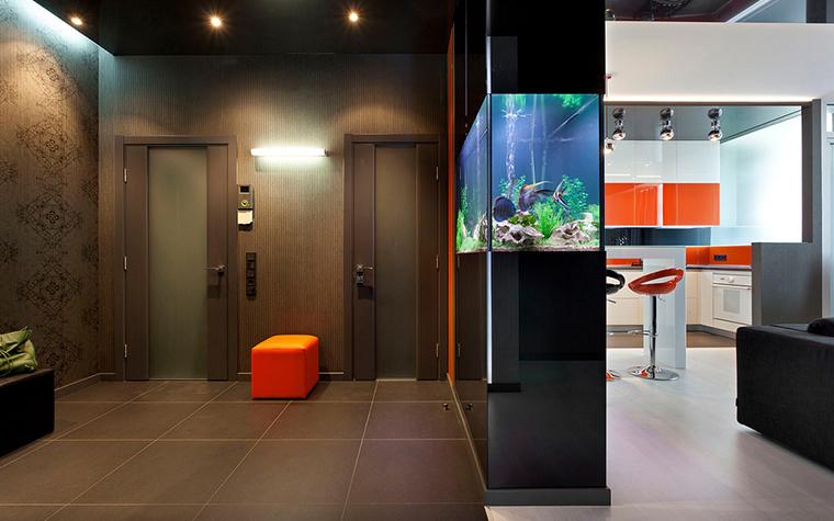 <p>Автор: Игорь Горшков</p> <p>Здесь аквариум используют как зонирующий элемент, отделяющий прихожую от кухни. Надо сказать, что аквариум уместен в обоих случаях, и в зоне кухни, и в зоне прихожей.</p>