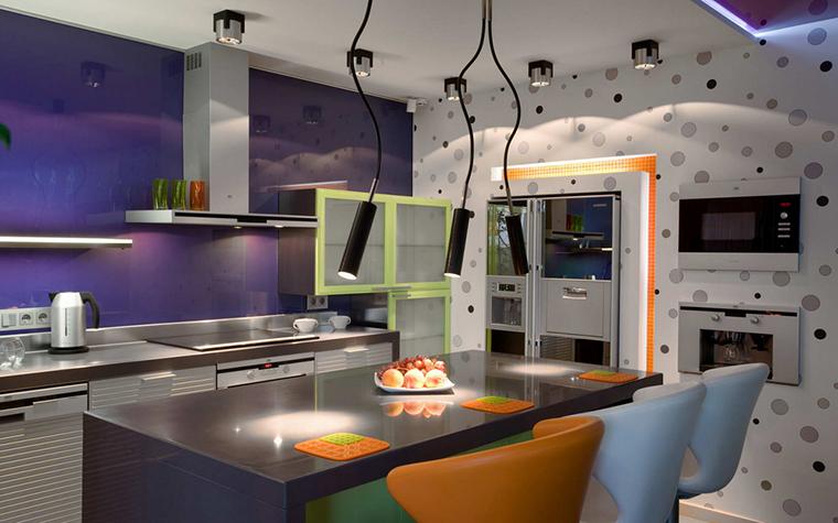 <p>Автор проекта: Игорь Горшков</p> <p>Авторы проекта оказались смелые колористы, они оформили интерьер открытой кухни-столовой-гостиной в ярких поп-артовских тонах. Серебристая кухня с салатовыми отделками, голубые и оранжевые стулья, синяя подсветка и все это на фоне фиолетовой стены. Жизнерадостно и позитивно!</p>